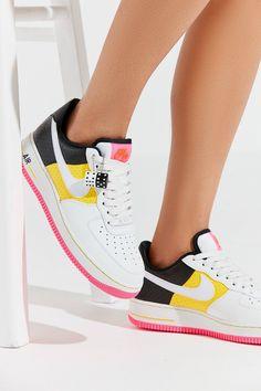 new arrival bdb53 a2ac6 Nike Air Force 1  07 SE Moto Sneaker   Urban Outfitters Zapatillas, Estilo,