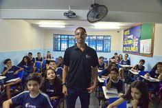 Professor de Ceilândia faz sucesso ao criar paródias com conteúdos de História.