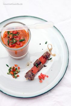 Bloody Mary Cazpacho mit Lamm-Melonen-Spießchen #rezept #gourmetguerilla #wodka