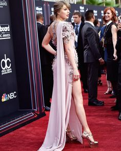 Taylor Swift dresses to impress in a Versace gown at the Billboard Music Awards Estilo Taylor Swift, Long Live Taylor Swift, Taylor Swift Style, Taylor Alison Swift, Taylor Momsen, Billboard Music Awards, Non Plus Ultra, Johny Depp, Swift Photo