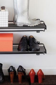 Shoe Shelf skohylde i metal. Findes i sort og hvid. ...