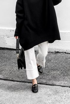 White Jeans -street style – La Selectiva How to wear white jeans, white denim with black accessories – La Selectiva Minimal Chic, Minimal Fashion, White Fashion, Look Fashion, Fashion Design, Street Fashion, Fashion Fashion, Korean Fashion, Mode Outfits