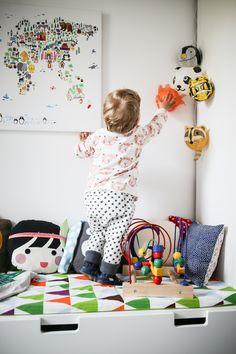 Auf die Bänke klettern und alles anfassen, was zwischen die kleinen Finger kommt - auch wenn ein paar Papierlaternen drauf gehen, anfassen ist bei uns erlaubt :wink: