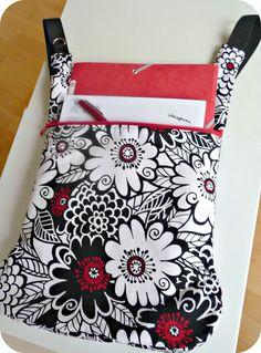 Bolso convertible en mochila con estampado de flores. Telas de algodón de calidad.