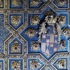 """Desde 1336, durante el reinado de Pedro IV """"El Ceremonioso"""", los monarcas aragoneses adoptaron un nuevo símbolo: el dragón, palabra que suena de forma similar a D'Aragón. Desde entonces, en sus apariciones públicas, el rey de Aragón portaba un gran casco con la corona real y un dragón con las alas desplegadas y las fauces abiertas. Un emblema heráldico que pronto se comenzó a utilizar, también, en los símbolos propios de los territorios en los que ejercía su poder. De esta forma, la figura…"""