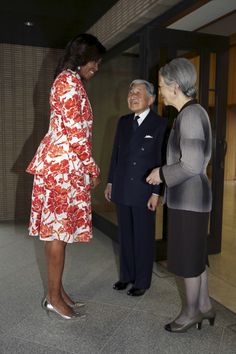 First lady Michelle Obama promoted girls education in developing countries alongside her Japanese counterpart Akie Abe. First Lady Of Usa, First Daughter, Barrack And Michelle, Michelle And Barack Obama, Malia And Sasha, Michelle Obama Fashion, American First Ladies, African American Beauty, Former President