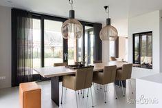 Roscobouw, in harmonie - Eigenhuisbouwen. House Floor Plans, Bungalow, Conference Room, Flooring, House Styles, Modern, Table, Furniture, Home Decor