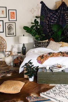 Home Bedroom Living room Boho-chic Table Tapestry Furniture Interior design Boho Dorm Room, Bohemian Bedroom Decor, Home Decor Bedroom, Bedroom Furniture, Bedroom Ideas, Bohemian Dorm, Bedroom Designs, Dorm Rooms, Hippie Boho