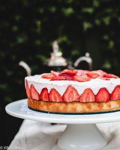 frasier torte: vanilla sponge cake and fresh strawberries set in strawberry mousse Strawberry Mousse, Strawberry Recipes, Cupcakes, Cupcake Cakes, Just Desserts, Delicious Desserts, French Donuts, Flan, Dessert Crepes