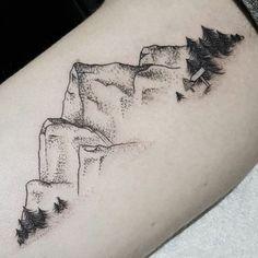 tatouage noir et blanc, pins aux pieds de la montagne, dessins de tatouages