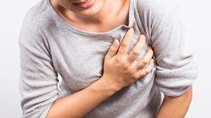 Eine Frau hält sich ihre Brust (Quelle: Thinkstock by Getty-Images/champja)