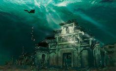 Shisheng, Chine  Cette ville sous l'eau est vieille de 1341 ans ! Miracle de la nature, l'eau qui l'a submergée en 1959 pendant la construction de la Xin'an Station Hydraulique, a permis de la protéger de l'érosion du vent et de la pluie. Elle est aujourd'hui en très bon état et offre aux plongeurs aventureux une incroyable et fascinante expérience.