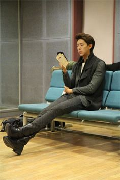 CNBLUE's Jungshin receives attention for his very long legs
