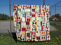 Hourglass quilt - Finished!  I was really happy to finish the hourglass quilt that I've been working on since sometime in fall 2016. It's one of only a few really big, queen-sized quilts that I've made.  I finished it up with faced binding, because I...
