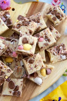 Delicious & scrumptious Mini Egg Fudge that is seriously easy to make at home, no boiling or sugar thermometers involved! Mini Egg Recipes, Tray Bake Recipes, Fudge Recipes, Easter Recipes, Candy Recipes, Baking Recipes, Sweet Recipes, Dessert Recipes, Biscoff Recipes