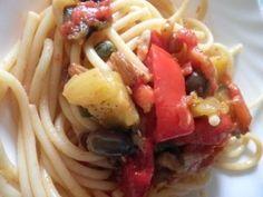 Bucatini con Caponata Siciliana 300 gr di bucatini ½ peperone giallo ½ peperone rosso 1 melanzana 1 cipolla 1 cucchiaio di capperi d'uvetta sedano pomodori