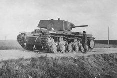 Abondoned heavy tank KV-1 with L-11 gun 76,2 mm / Porzucony czołg ciężki KW-1 uzbrojony w działo Ł-11 kal. 76,2 mm