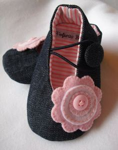 Inspiration for little baby girls slipper - add a cute embroidered flower with buttons! Felt Baby Shoes, Baby Girl Shoes, Baby Girls, Baby Shoes Pattern, Shoe Pattern, Sewing For Kids, Baby Sewing, Baby Boots, Baby Kind