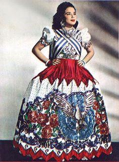 En los 50's luciendo un traje de china poblana.