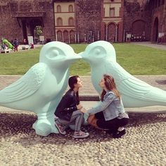 Be the lovebirds that you are. | 37 Impossibly Fun Best Friend Photography Ideas