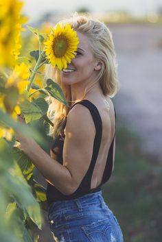 Happy summer - Happiness is . Photography Poses Women, Cute Photography, Summer Photography, Outdoor Photography, Portrait Photography, Poses Photo, Picture Poses, Sunflower Field Photography, Sunflower Field Pictures