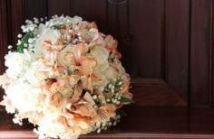Chegou a hora de deixar o preconceito das flores artificiais de lado. Provavelmente, você já esteve rodeada por elas e nem sequer se deu conta e admirou e elogiou a sua beleza. Basta saber escolher e usar as flores artificiais para conseguir o mesmo