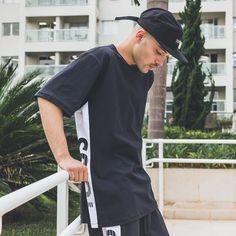 Aquele look all black ousado! Aposte nas peças masculinas da nova coleção da Toiss e fique cheio de estilo. #UseToiss   streetwear - style - look masculino - outfit Hip Hop Fashion, Streetwear Fashion, All Black, Street Wear, Swag, Street Style, My Style, Mens Tops, T Shirt