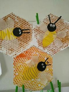 Summery craft idea bees & honeycombs A creative . - Summery craft idea bees & honeycombs A creative activity for the summer time – print honeycombs with bubble wrap or stamp and make little bees with wings and wiggling eyes out of paper Bee Crafts For Kids, Summer Crafts, Art For Kids, Arts And Crafts, Insect Crafts, Bug Crafts, Insect Art, Bee Activities, Creative Activities