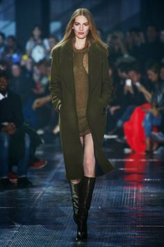 FashionTV brings you exclusive photos from the H&M Studio Fall runway show at Paris Fashion Week. Fashion Shows 2015, La Fashion Week, Fashion Moda, Fashion News, Paris Fashion, Fall Winter 2014, Autumn Winter Fashion, Fall 14, Autumn Style
