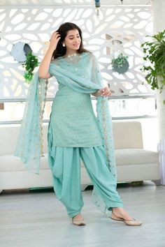 Indian Fashion Dresses, Indian Designer Outfits, Indian Outfits, Designer Dresses, Fashion Outfits, New Dress Design Indian, Dress Indian Style, Pakistani Dress Design, Simple Kurti Designs