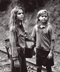 "Lizzie & Mika - The Walking Dead ""Inmates"""