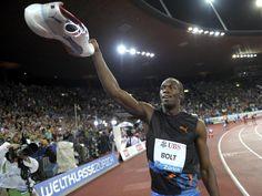 Usain Bolt feiert seinen Sieg beim 200-Meter-Sprint in Zürich mit einem Schuh in der Hand. (Foto: Steffen Schmidt/dpa)