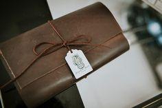 """A fotógrafa Jacqueline Melo Spotto criou uma charmosa carteira de couro para entregar seu trabalho final. """"Os clientes adoraram porque esperavam"""