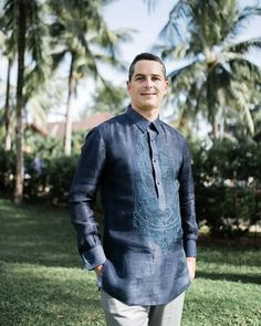 The Barong Tagalog is one of the traditional attires for Filipino men. Subtle variations in embroidery patterns and color can create… Barong Tagalog Wedding, Barong Wedding, Filipiniana Wedding Theme, Wedding Attire, Wedding Outfits, Gay Men Weddings, Filipino Wedding, Filipino Fashion, Mens Designer Shirts