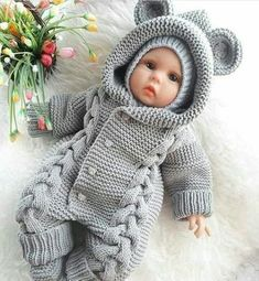 A beautiful doll clothes in crochet for you and your friends share a great idea for children. Knitted Baby Clothes, Knitted Baby Blankets, Baby Boy Knitting, Baby Knitting Patterns, Baby Jumpsuit, Baby Dress, Onesie Pattern, Crochet For Boys, Baby Cardigan