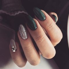 Nail art is a very popular trend these days and every woman you meet seems to have beautiful nails. It used to be that women would just go get a manicure or pedicure to get their nails trimmed and shaped with just a few coats of plain nail polish. Classy Nails, Cute Nails, My Nails, Simple Nails, Prom Nails, Nails Rose, Bio Gel Nails, Nails Today, Elegant Nails