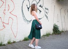 Sommeroutfit mit dunkelgrünem Midi-Plisseerock, weißem Camisole-Top, Adidas Superstar Sneakers in Silber-Glitzer, Michael Kors Handtasche - romistyle Green pleated skirt - Outfit