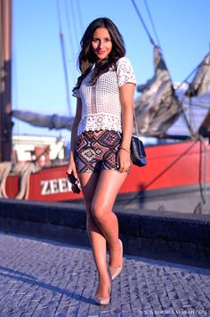 Love the #lace and colorful #inca shorts! Check out more on www.formulafarah.com. By Formula Farah #fashion #blogger #fashionblogger #formulafarah #outfit #shorts #inca #heels