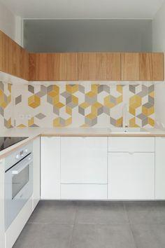 Cuisine blanche et meubles haut en bois fil vertical, crédence originale et graphique, géométrique, effet d'optique, jaune gris