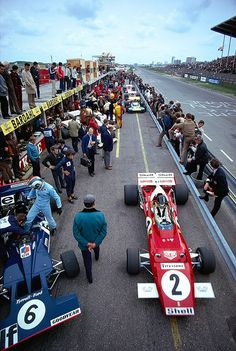 N°. 6: François Cevert (FRA) (Elf Team Tyrrell), Tyrrell 002 - Ford V8 (RET)N°. 2: Jacky Ickx (BEL) (Scuderia Ferrari), Ferrari 312B2 - Ferrari F12 (finished 1st)1971 Dutch Grand Prix, Circuit Zandvoort