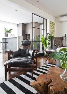 Painéis de vidro substituem paredes em apartamento atual
