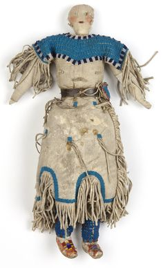 1900 Northern Plains Indian female doll wearing a light leather dress over a stuffed cloth body. Native American Dolls, Native American Clothing, Native American Photos, Native American Beadwork, Native American History, Native American Indians, Native Beadwork, American Indian Crafts, Indian Dolls