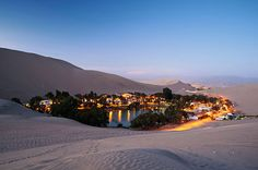 """Perú: Huacachina, El """"Oasis de América"""", la laguna de Huacachina es uno de los lugares más increíbles del país andino. Localizado en Ica, cerca de la costa pacifica del Perú, este oasis de aguas verde esmeralda, provee un vistazo diferente a la geografía del país, alejado de otros lugares turísticos como Machu Picchu o el Cusco"""