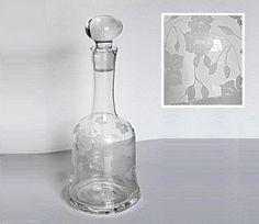 Edle Karaffe aus den 20-ern -  ganz herrschaftlich. Für Sherry, Cognac, Likör und andere feine Getränke. Aus farblosem Glas, mundgeblasen und handgeschliffen. Mit Blumen Gravur auf der...