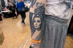 Ce tatouage qui représente le visage d'Elisabeth Taylor dans le film Cléopatre (1963), est réalisé par Niko. Elisabeth, Kustom, Piercing, Photos, Tattoos, Film, Tattoo Ideas, Face, Movie