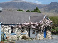 Bauern- & Landhäuser am Fluss auf Dingle Halbinsel: 2 Schlafzimmer, für bis zu 4 Personen, ab 425 € pro Woche. Gemütliche, komfortable Landhäuser aus Stein mit Meer- und Bergblick | FeWo-direkt
