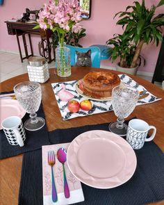 """63 curtidas, 5 comentários - Stephani Demczuk (@stephanidemczuk) no Instagram: """"Nessa imagem vemos um felino esperando seu café da manhã de domingo. #familiafelina"""" Table Settings, Instagram, Sunday Morning Coffee, Place Settings, Table Arrangements, Desk Layout"""