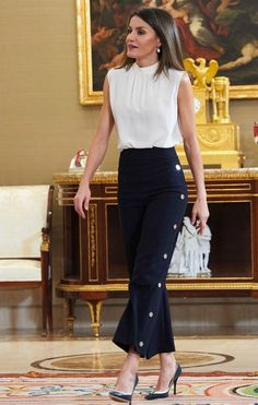 5 July 2018 - Queen Letizia attends audiences at Zarzuela Palace in Madrid - trousers by Hugo Boss Classy Business Outfits, Classy Work Outfits, Office Outfits, Chic Outfits, Fall Outfits, Work Fashion, Fashion Pants, Fashion Dresses, Fashion Design