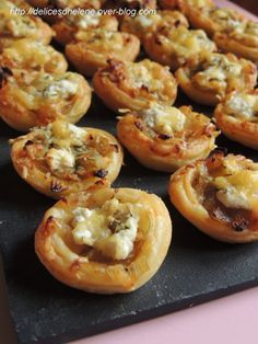 A small idea for an aperitif with caramelized onions, so slightly sweetened with a hint of fresh goat cheese. For about 20 mini tartlets 1 ready puff pastry 3 onions fresh goat cheese (chavroux type) 2 tbsp. Best Appetizers, Appetizer Recipes, Mini Tartlets, Fingers Food, Vegetarian Recipes, Cooking Recipes, Wontons, Buffets, Picnics