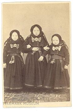 Tre søstre fra Bø i Telemark i beltestakker 1868